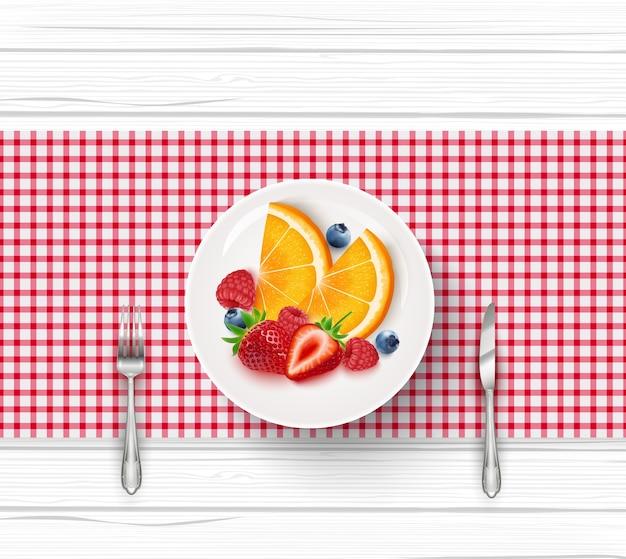 Macedonia di frutta fresca in piattino bianco