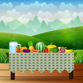 Frutta fresca sul tavolo nel mezzo della natura sullo sfondo