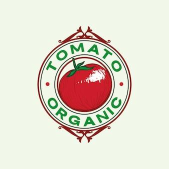 Pomodoro rosso raccolto fresco disegnato a mano vintage e retrò emblema design illustrazione
