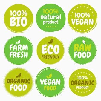 Etichette e tag con logo di cibo vegano biologico sano fresco. illustrazione disegnata a mano. concetto di eco verde vegetariano