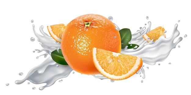 Arancia fresca in una spruzzata di yogurt su uno sfondo bianco.