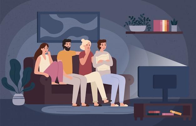Amici che guardano insieme il film dell'orrore. ragazzi spaventati che si siedono sul divano e guardano il film spaventoso nell'illustrazione di vettore del soggiorno buio