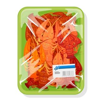 I gamberi rossi bolliti congelati sono su un vassoio di plastica verde ricoperto di pellicola alimentare in polietilene
