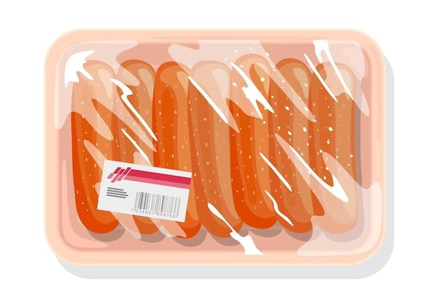 Le salsicce surgelate, le salsicce sono su un vassoio di plastica ricoperto di pellicola da cucina, pellicola trasparente con etichetta.
