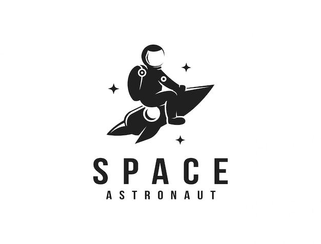 Divertente esploratore spaziale astronauta in sella a un modello di logo mascotte razzo