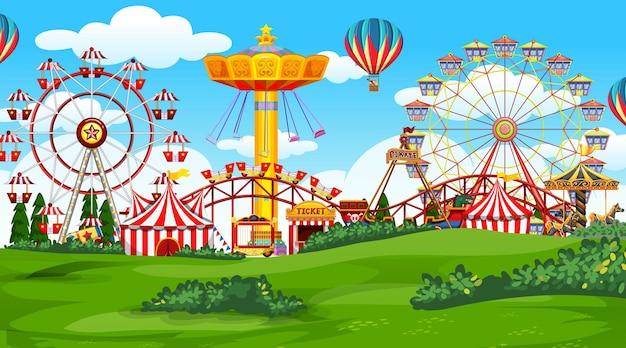 Parco divertimenti luna park nel paesaggio naturale