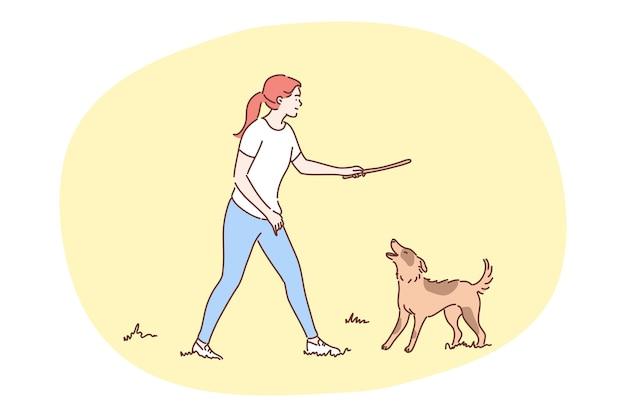 Divertimento, ricreazione, gioco, amicizia, concetto di gioia. ragazza felice della donna che gioca con il cane domestico felice.