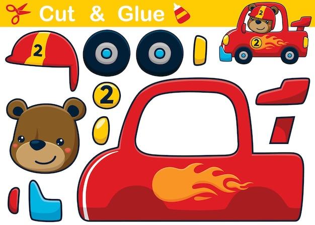 Fumetto divertente dell'orso che indossa il casco del corridore sulla macchina da corsa. ritaglio e incollaggio