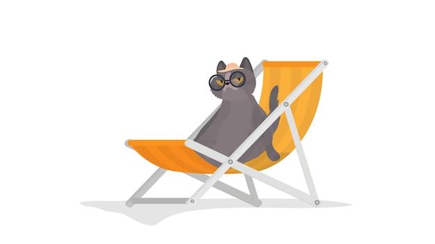 Un gatto divertente con gli occhiali e un cappello si trova su una sedia a sdraio. un gatto con uno sguardo divertente. ottimo per adesivi, cartoline e magliette. isolato. vettore.