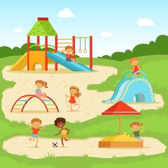 Bambini divertenti al parco giochi estivo. bambini che giocano nel parco. illustrazione vettoriale