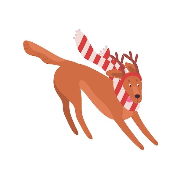 Illustrazione piana di vettore del cane di natale divertente. simpatico animaletto con sciarpa a righe e corna di cervo decorative. adorabile animale domestico canino che corre in copricapo natalizio, accessorio del festival invernale.