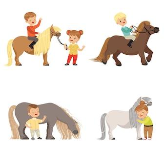 Bambini divertenti che cavalcano pony e si prendono cura dei loro cavalli insieme, sport equestri, illustrazioni su sfondo bianco