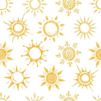 Modello senza cuciture giallo divertente sole estivo. sfondo con schizzo di sole, illustrazione del sole caldo cartone animato naturale