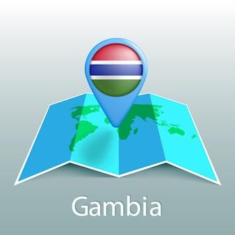 Mappa del mondo di bandiera del gambia nel pin con il nome del paese su sfondo grigio