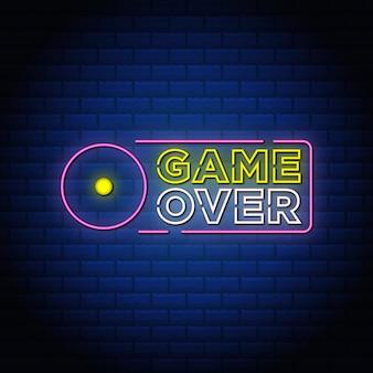Game over design di testo in stile insegne al neon nel muro blu