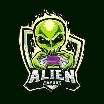 Gamer alien holding logo esports controller di giochi