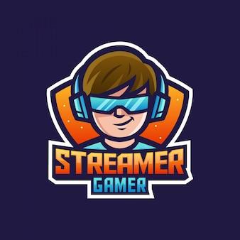 Giocatore streamer ragazzo o uomo che indossa cuffie e occhiali per il logo della mascotte del personaggio dei cartoni animati del gioco