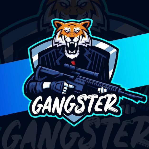 Disegno della mascotte del personaggio della tigre gangster con pistola e posizione di guerra per logo di gioco e sport