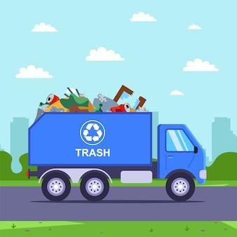 Rimozione dei rifiuti con camion dalla città alla discarica.