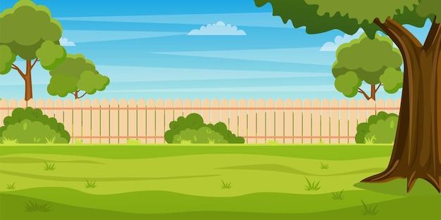 Cortile del giardino con siepe di recinzione in legno, alberi e cespugli verdi, erba, piante del parco.