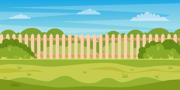 Cortile con giardino con siepe di recinzione in legno