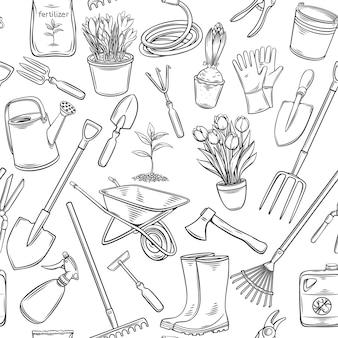 Modello senza cuciture di attrezzi e fiori di giardinaggio. sfondo di contorno con stivali di gomma, piantina, tulipani, lattina da giardinaggio e taglierina. fertilizzante inciso, guanto, croco, insetticida, carriola
