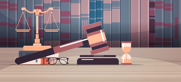 Scale martelletto e libro del giudice sul tavolo di legno consulenza legale di legge e concetto di giustizia illustrazione vettoriale orizzontale scrivania sul posto di lavoro