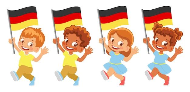 Bandiera della germania in mano. bambini che tengono bandiera. bandiera nazionale della germania
