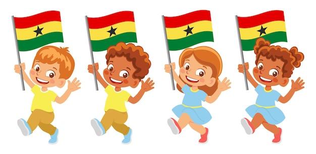 Bandiera del ghana in mano. bambini che tengono bandiera. bandiera nazionale del ghana