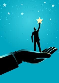 Mano gigante che aiuta un uomo d'affari a raggiungere le stelle