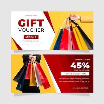 Modello del buono regalo con foto di borse della spesa Vettore Premium