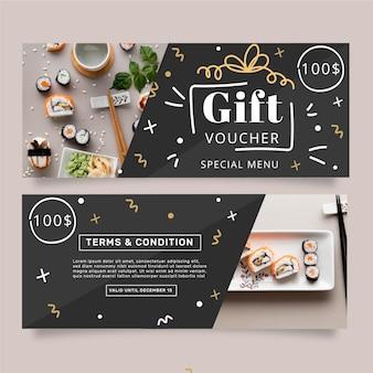 Modello del buono regalo con foto di sushi