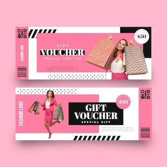 Modello del buono regalo con lo shopping della donna