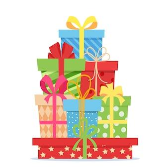 Regali con fiocchi e nastri. pila di scatole regalo colorate presenti. set di scatole regalo avvolte isolate su sfondo bianco. vendita e concetto di acquisto. illustrazione vettoriale in stile piatto