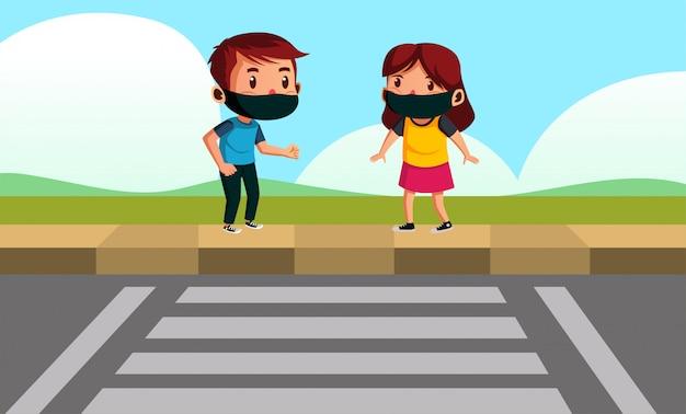La ragazza e il ragazzo indossano la maschera che prova ad attraversare la strada