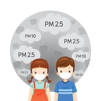 Ragazza e ragazzo che indossa la maschera di inquinamento atmosferico per proteggere dalla polvere, fumo, smog