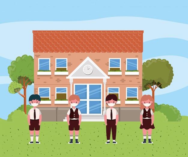 Ragazza e ragazzi bambini con maschere davanti alla scuola
