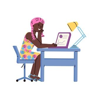 Carattere della ragazza che studia a casa usando l'illustrazione piana di vettore del computer isolata.