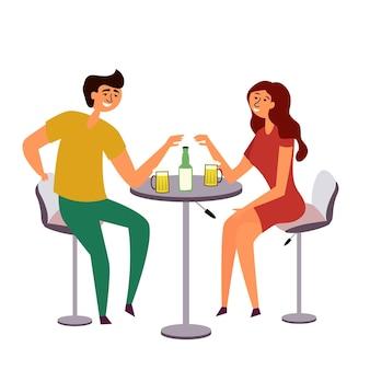 Ragazza ragazzo che beve birra coppia riunita a un tavolo comune bevendo divertendosi bar romantico appuntamento