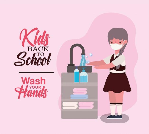 Ragazza bambino con maschera medica lavarsi le mani
