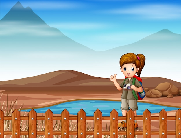 Una ragazza scout che va a fare una passeggiata sulla terra ferma
