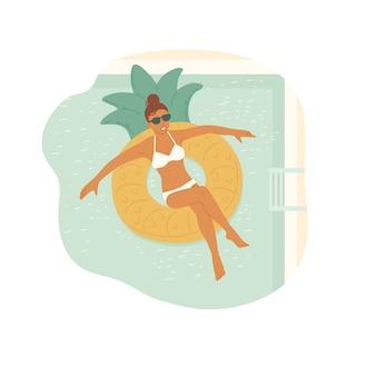 Ragazza in occhiali da sole e costume da bagno nuota su un anello di gomma in piscina. vacanza rilassante.
