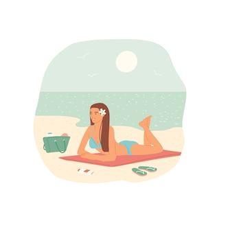 Ragazza in costume da bagno a prendere il sole sulla spiaggia di sabbia sullo sfondo del mare e del cielo