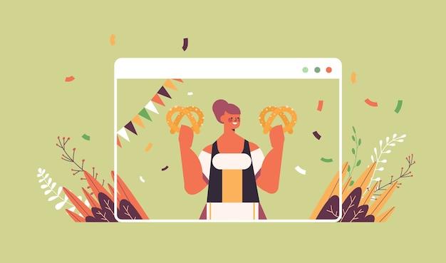 Ragazza cameriera tenendo salato pretzel oktoberfest festa celebrazione concetto donna in abiti tradizionali tedeschi divertendosi finestra del browser web