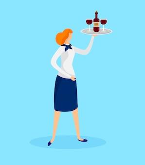 Ragazza cameriera holding tray con bottiglia e bicchieri