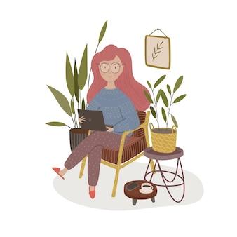 Ragazza con il computer portatile sulla sedia. stare e lavorare a casa.