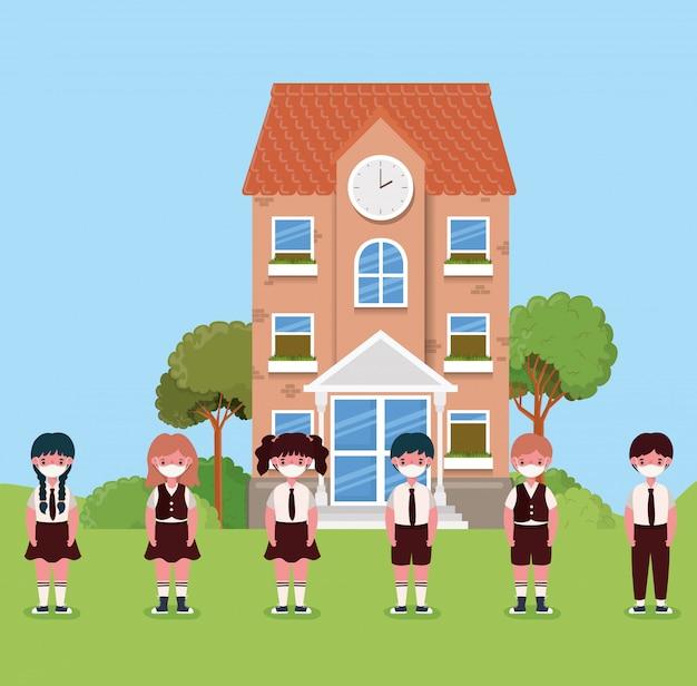 Ragazze e ragazzi bambini con maschere davanti alla scuola