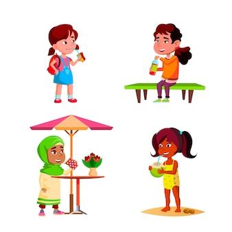 Bambine e bambini che bevono una bevanda deliziosa vector