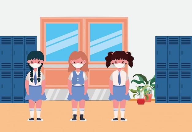 Ragazze bambini con maschere nella sala degli armadietti