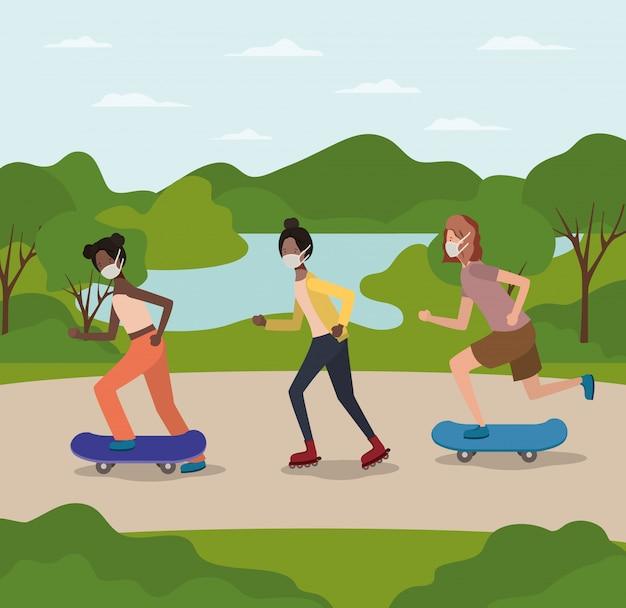 Ragazze con maschere con skatebords al parco